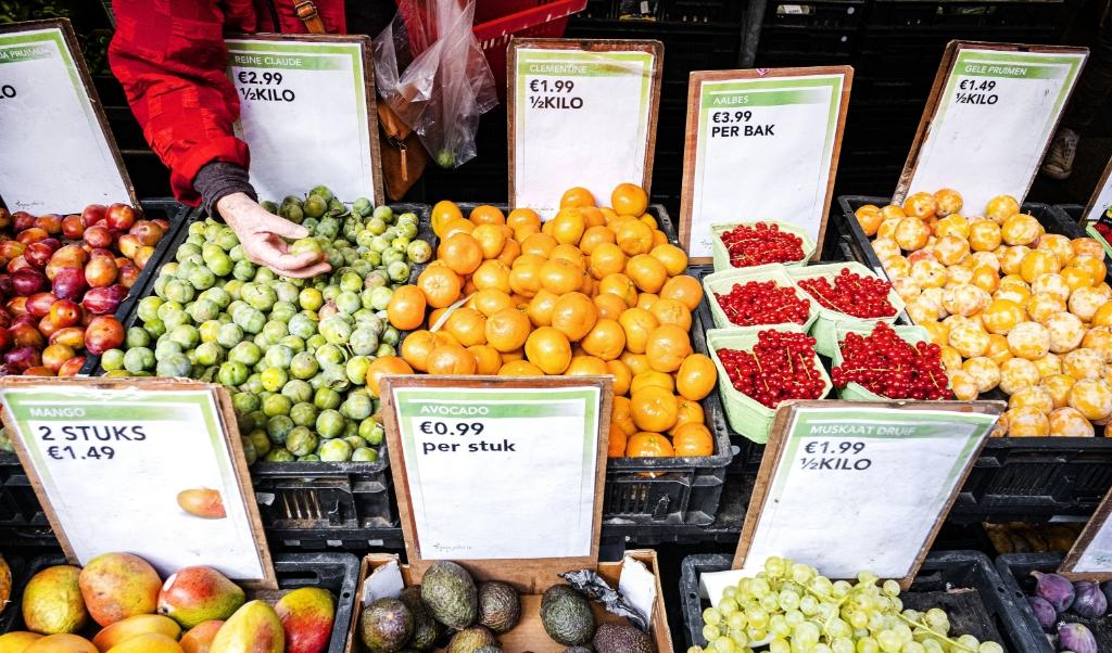 Groenten en fruit op de Albert Cuypmarkt in Amsterdam.   (beeld anp / Ramon van Flymen)