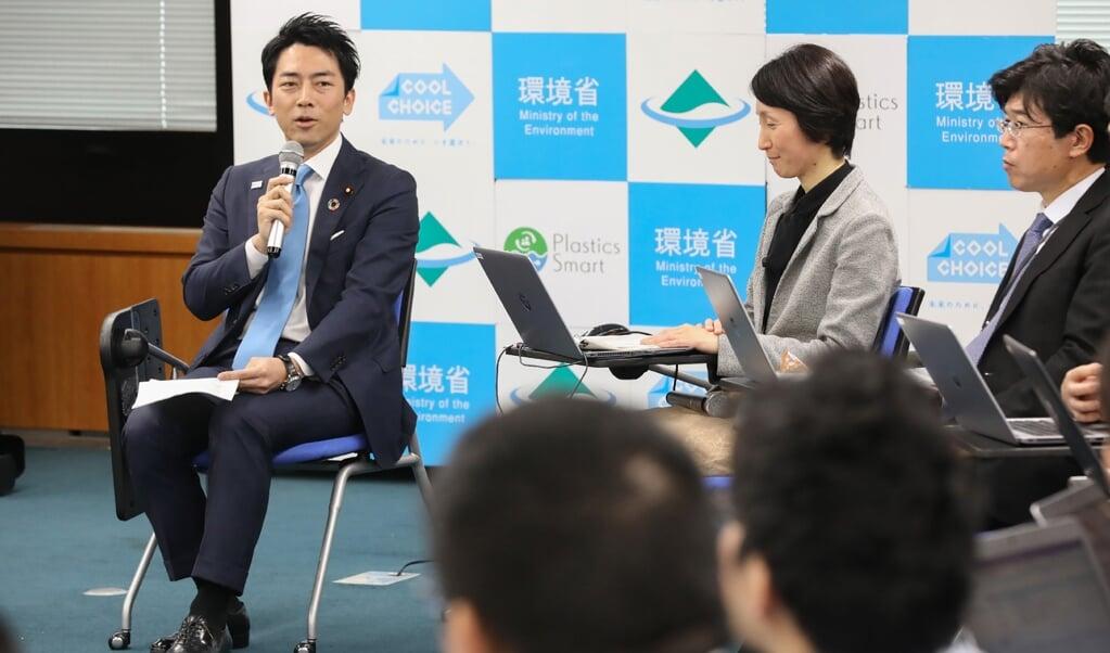 De Japanese milieuminister Shinjiro Koizumi maakte tijdens een bijeenkomst in Tokio bekend binnenkort met vaderschapsverlof te gaan.  (beeld afp / str / jiji press)