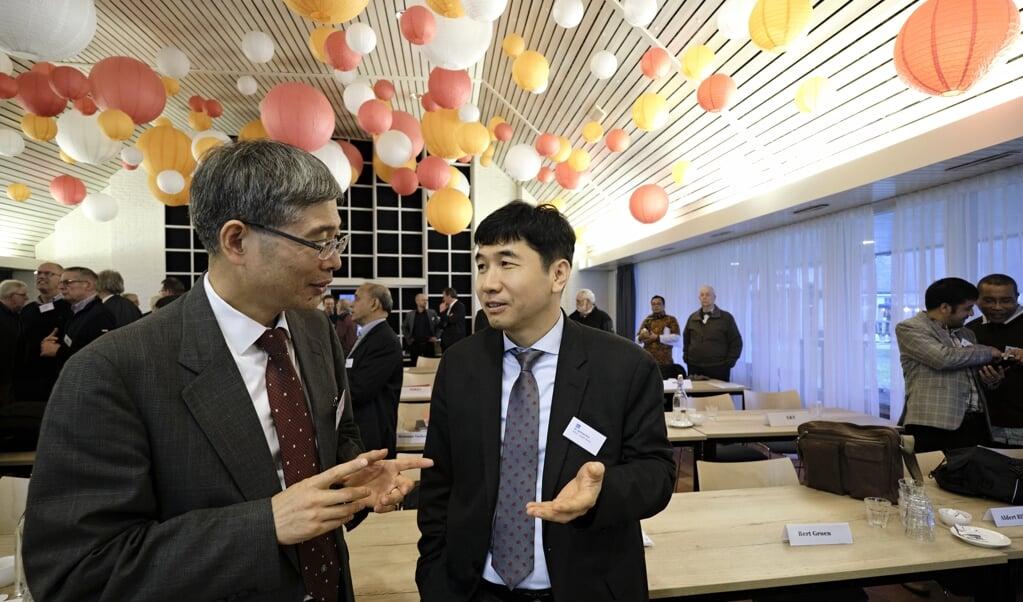 HaeShin Yoo (links) en Jaeyoun Kim  uit Zuid-Korea bij de vrijgemaakt-gereformeerde synode op conferentiecentrum Mennorode in Elspeet.  ( beeld Dick Vos)