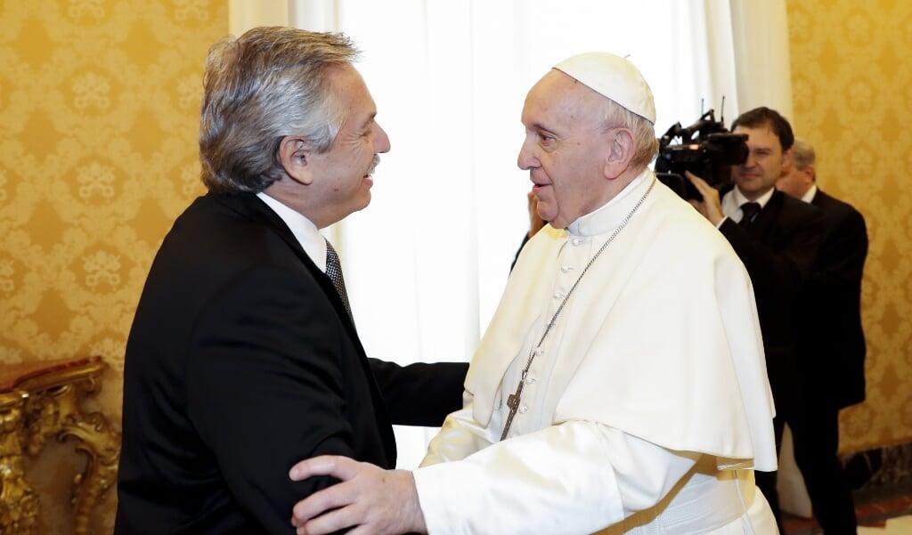De Argentijnse president Alberto Fernandez tijdens een privé-audiëntie bij paus Franciscus op 31 januari 2020.  (beeld afp / Remo Casilli)