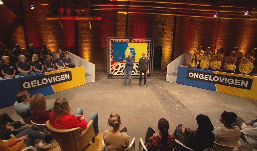 Presentator Joep van Deudekom van Wie denk je wel dat je bent?, het tv-programma met tegengestelde groepen: 'Het is een feest om te maken.'  (beeld ntr)