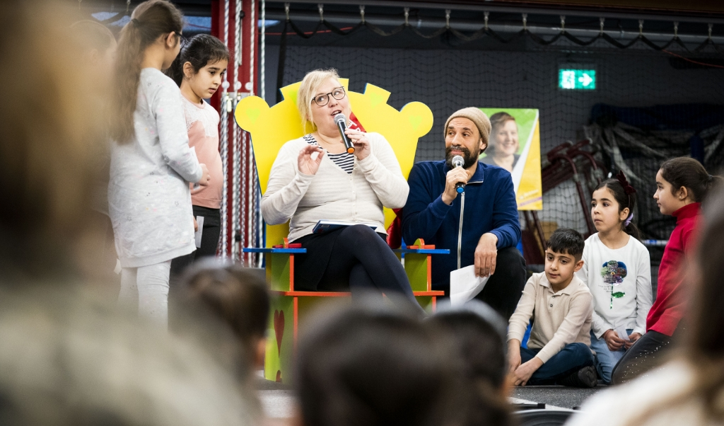 Kinderboekenambassadeur Manon Sikkel en Abdelkader Benali tijdens de start van de tiende editie van De Schoolschrijver, een landelijke actie ter bevordering van de lees- en schrijfvaardigheid van leerlingen.  (beeld  Freek van den Bergh)