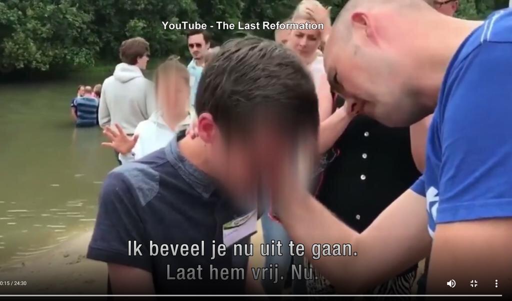 Op De Betteld in Zelhem drijft Torben Søndergaard demonen uit bij een jongen.  (beeld    youtube)