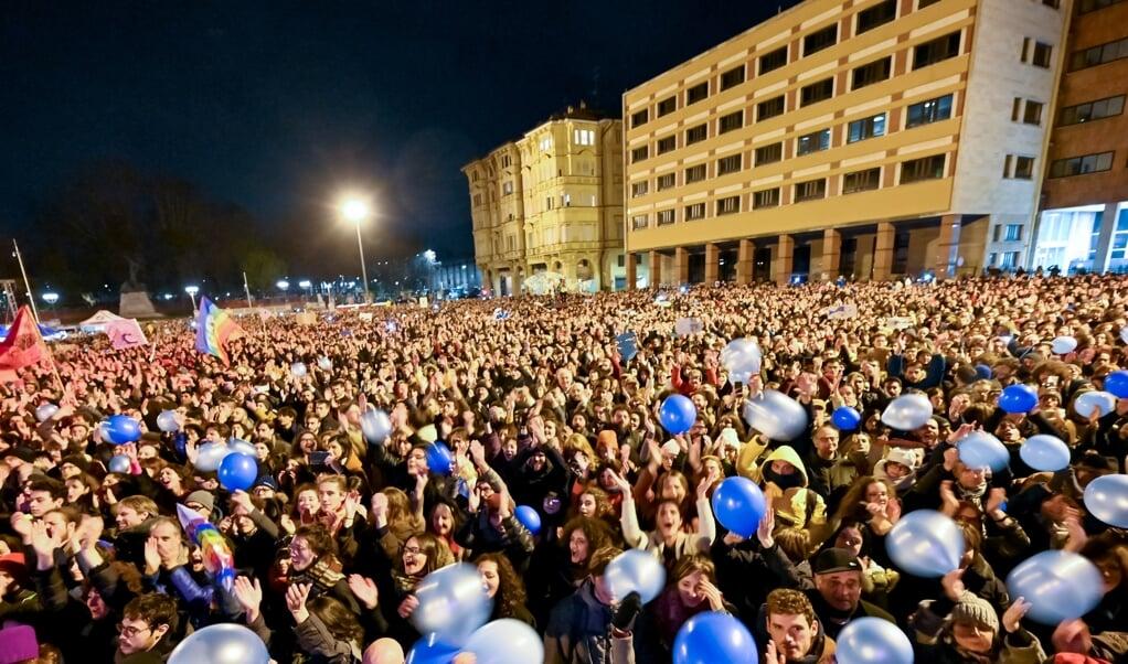 Naar schatting veertigduizend 'Sardientjes' kwamen zondag bijeen op het Piazza VIII Agosto in Bologna. 'We moeten laten zien dat er een alternatief is.'  (beeld  afp / Andreas Solaro)