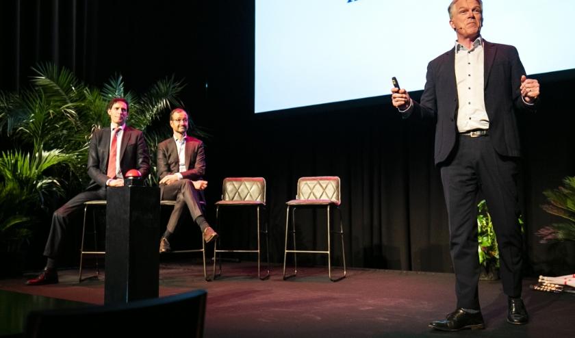 Wouter Bos presenteert Invest-NL.  (beeld   anp / Remko de Waal)