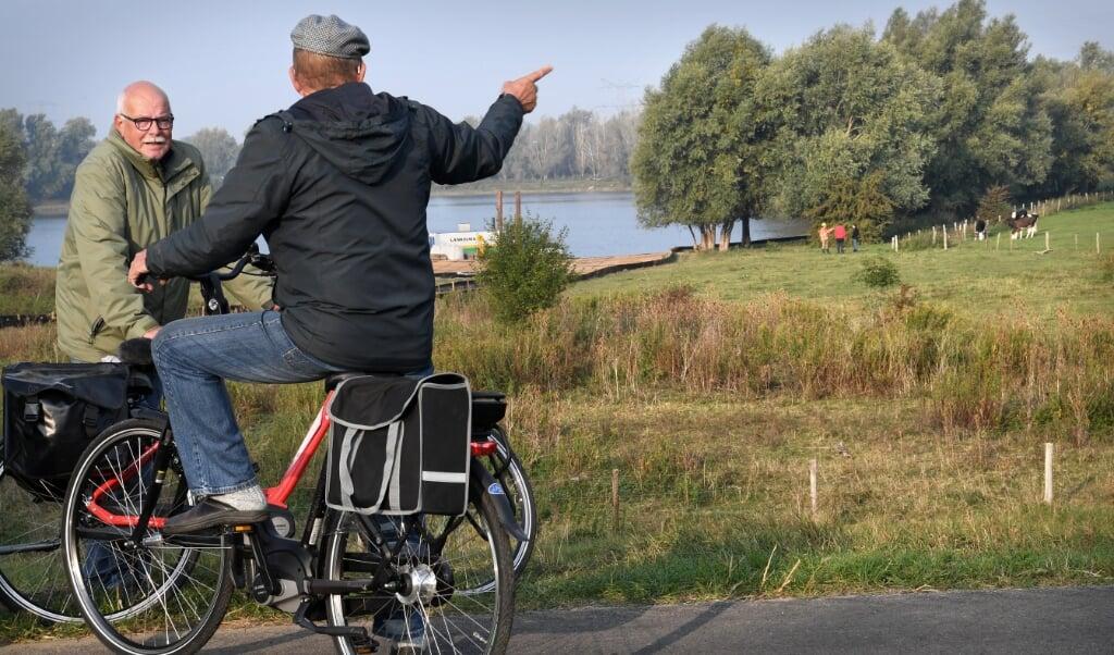 <p>De plek waar de brug over het Pannerdensch Kanaal moet komen. De voorbereidingen zijn al begonnen.</p>  (beeld Marcel van den Bergh)