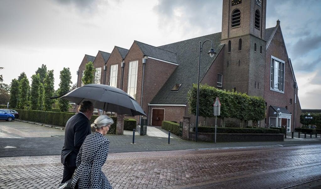 <p>Het grote kerkgebouw van de Hersteld Hervormde Gemeente in Staphorst.</p>  (beeld anp / Vincent Jannink)