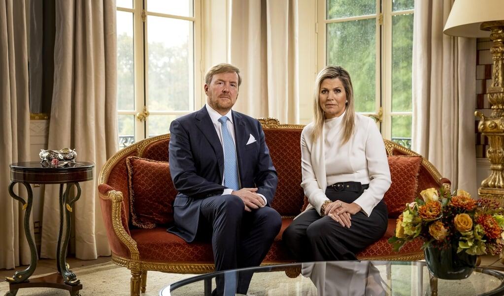 Het koninklijk paar spreekt 'met spijt in het hart' in videoboodschap het volk toe.   (beeld anp / Koen van Weel)