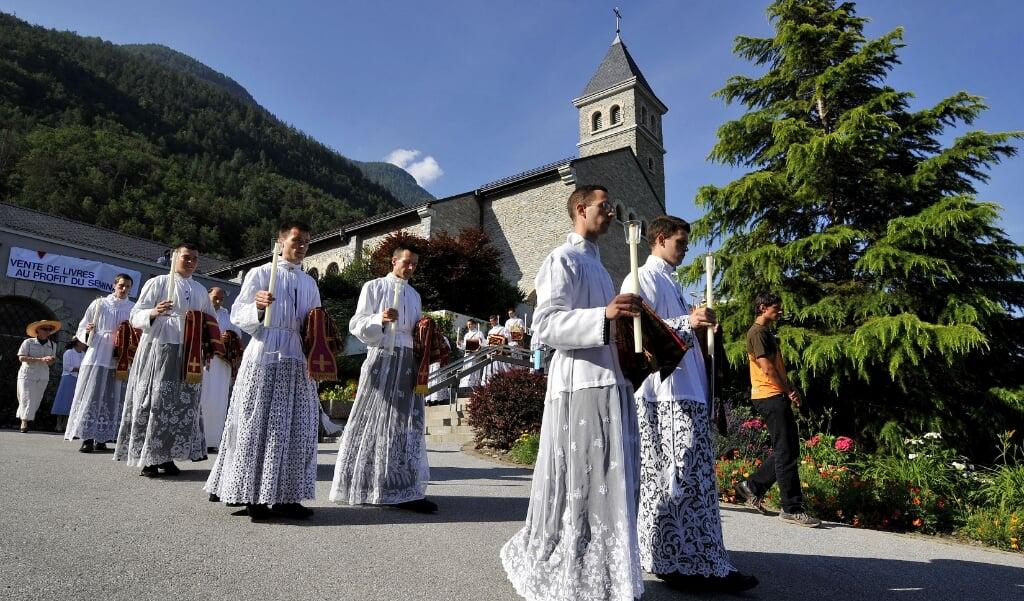 <p>Priesters en diakens van de traditionalistische Priesterbroederschap Pius X in het Zwitserse Ec&ocirc;ne waar hun moederhuis gevestigd is.</p>  (beeld afp / Fabrice Coffrini )