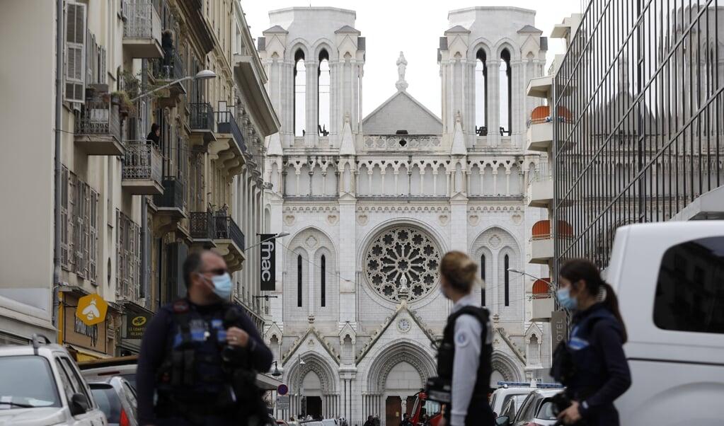 Franse politie zet de straten af.  (beeld epa / Sebastien Nogier)