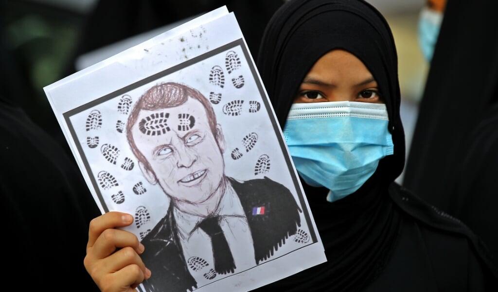 <p>Iraakse demonstranten tijdens een demonstratie tegen de Franse president Emmanuel Macron voor de Franse ambassade in Bagdad.</p>  (beeld afp / Ahmad Al-rubaye)