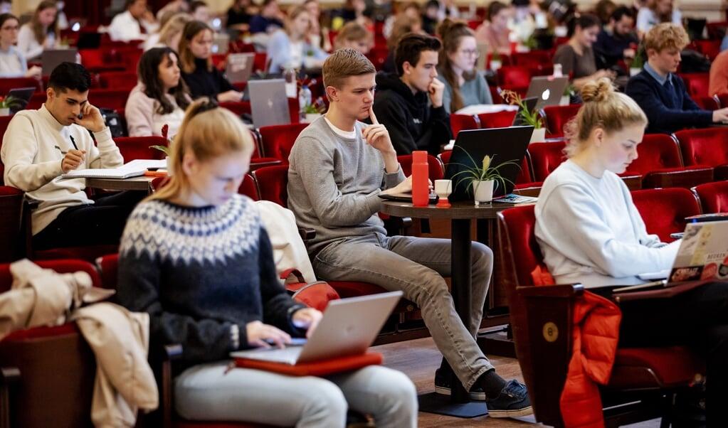 Studenten studeren in de grote zaal van het Concertgebouw onder het genot van klassieke muziek.  (beeld anp / Robin van Lonkhuijsen)
