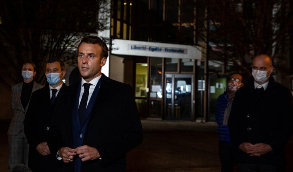 Franse president Emmanuel Macron, met achter zich minister van Binnenlandse Zaken Gerald Darmanin (2L) en minister van Onderwijs Jean-Michel Blanquer (R).  (beeld afp / Abdulmonam Eassa)