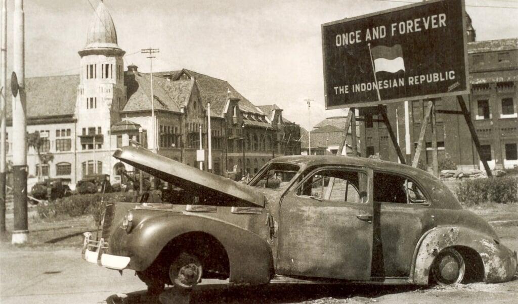 De uitgebrande auto van brigadier Aubertin Mallaby.  (beeld nd)