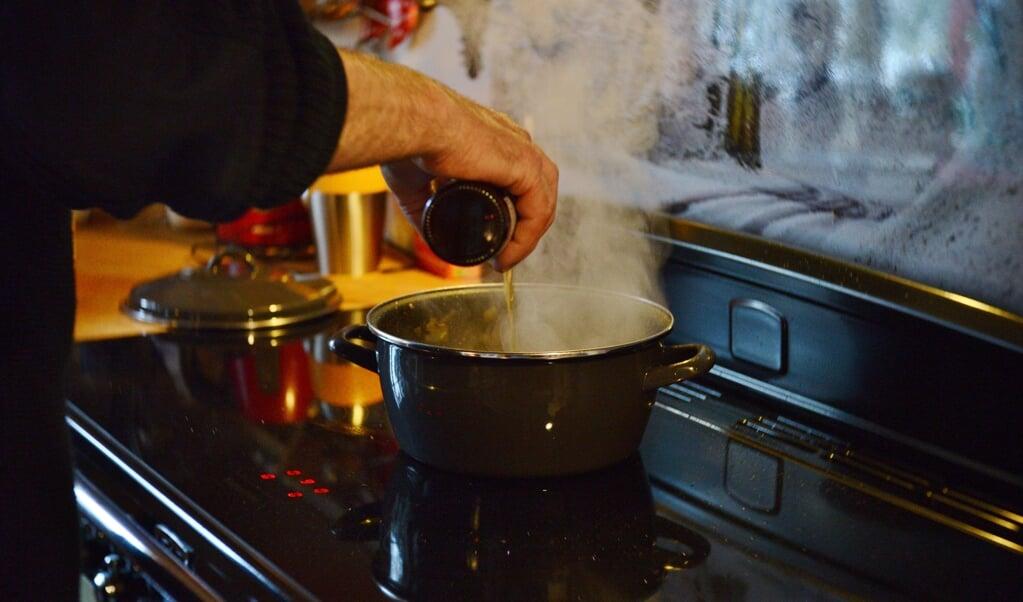 <p>Koken is een aanzienlijke fijnstofbron in huis.</p>  (beeld istock)