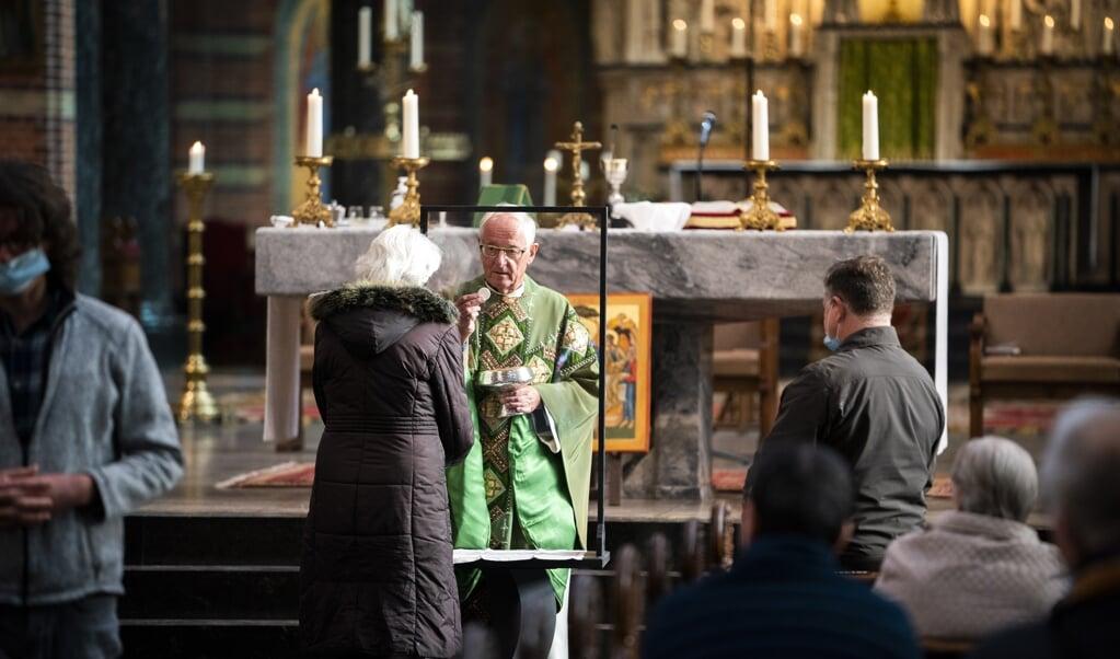 Pastoor Fonck tijdens de viering in de Vituskerk, afgelopen zondag in Hilversum.   (beeld anp / Jeroen Jumelet)