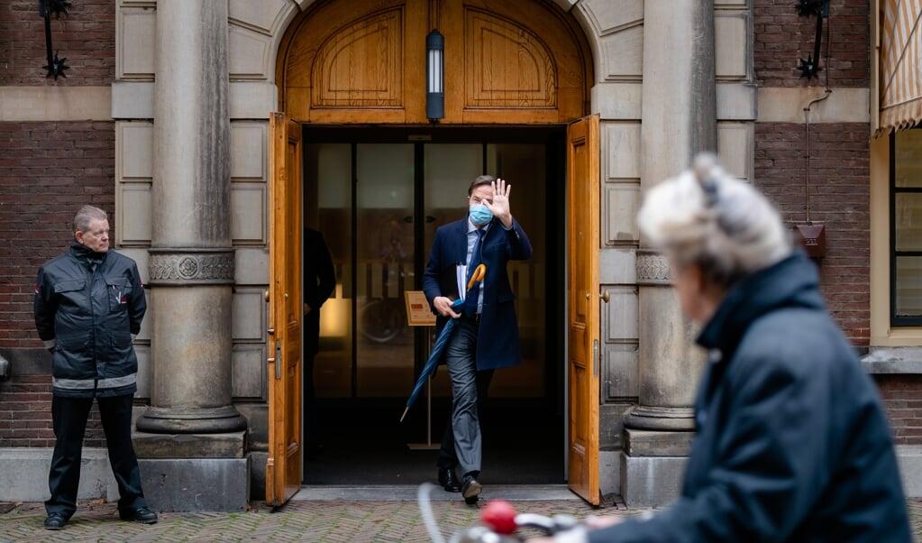 Premier Mark Rutte woensdag voorafgaand aan het plenair debat in de Tweede Kamer over de ontwikkelingen rondom het coronavirus.  (beeld anp / Bart Maat)