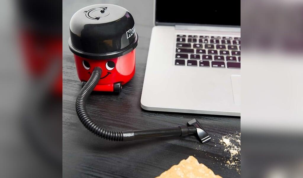 <p>Mini Henry kan gemakkelijk verplaatst worden van de ene naar de andere kant van je bureau. </p>  (beeld paladone)