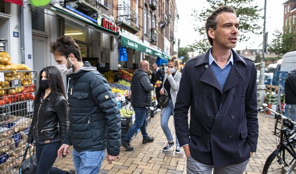 <p>Frenk van Harreveld in de Javastraat in de hoofdstad: &lsquo;Mensen doen in de praktijk vooral wat anderen doen&#39;.</p>  (beeld Guus Dubbelman)