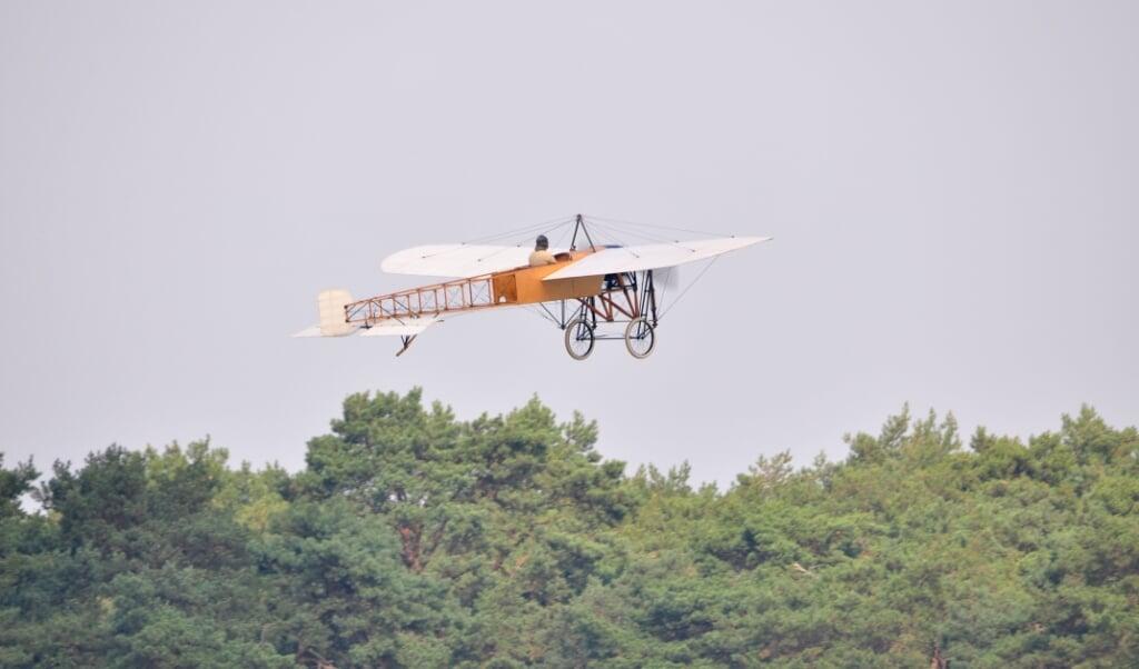 Tijdens de Belgische Luchtmachtdagen in 2014 stijgt een Blériot XI op.  (beeld wikimedia commons)