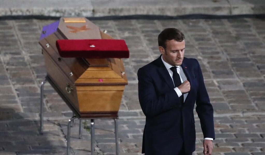 De Franse president Emmanuel Macron brengt hulde aan de onthoofde leraar Samuel Paty.  (beeld afp / Francois Mori)