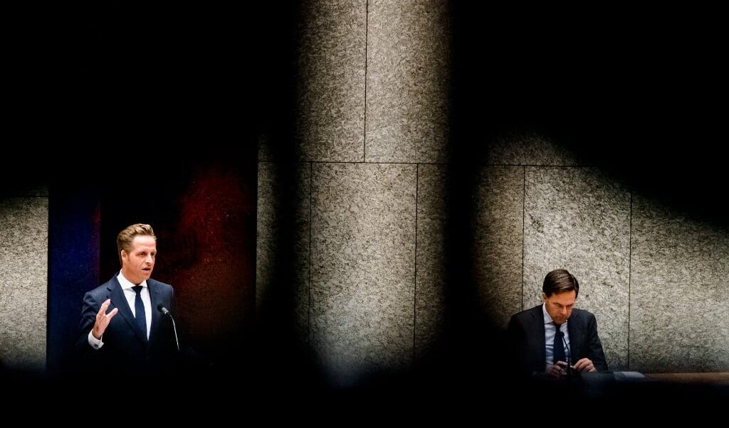 <p>Minister Hugo de Jonge (Volksgezondheid) en premier Mark Rutte in debat over het coronavirus.</p>  (beeld anp / Bart Maat)