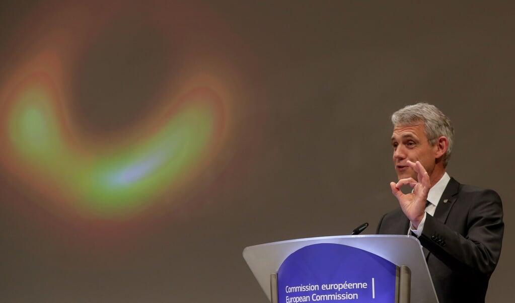 <p>Heino Falcke tijdens een lezing op de Radboud Universiteit in Nijmegen waar hij als astronoom werkzaam is.</p>  (beeld epa / Stephanie Lecocq)