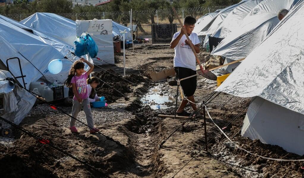 Een meisje houdt een ballon in de lucht terwijl ze loopt tussen de tenten van Kara Tepe, het nieuwe vluchtelingenkamp op Lesbos.  ( manolis Lagoutaris / afp)