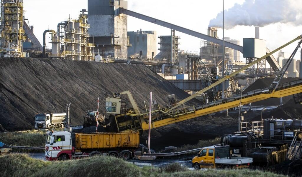 <p>Tata Steel in IJmuiden. Nederland wil de CO<sub>2</sub>-uitstoot in 2030 halveren ten opzichte van 1990.</p>  (beeld anp / Jeroen Jumelet)
