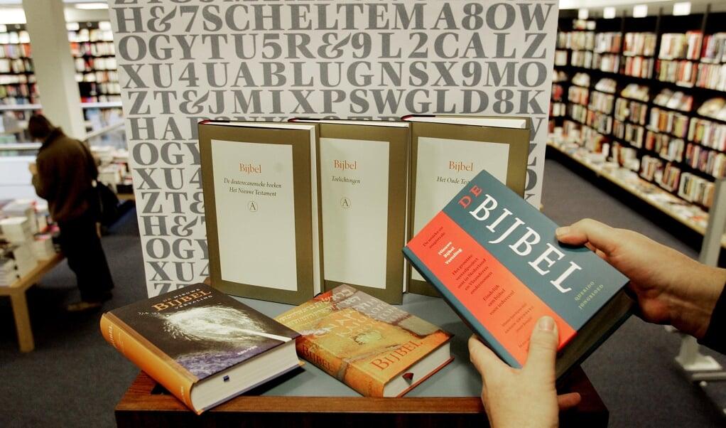 De Nieuwe Bijbelvertaling lag in 2004 in de boekwinkel. De herziene versie volgt volgens plan in de herfst van 2021.  (beeld anp Foto/koen Suyk)