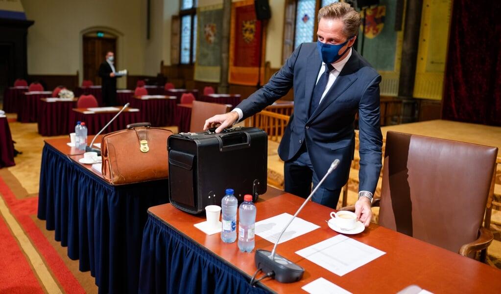 <p>Minister Hugo de Jonge voorafgaand aan het debat in de Eerste Kamer over de coronawet.</p>  (beeld anp / Bart Maat)