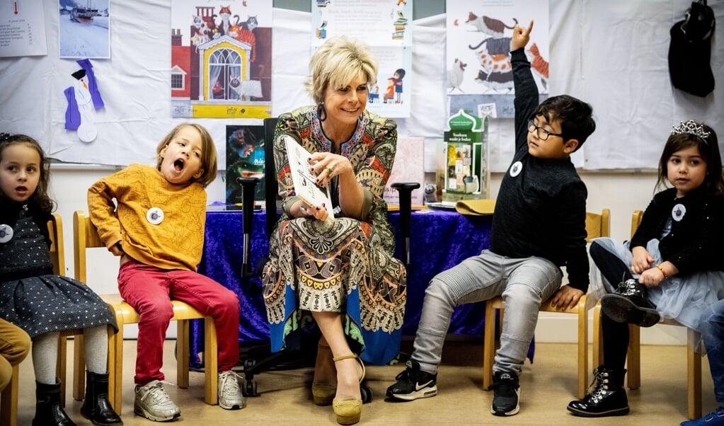 <p>Prinses Laurentien leest voor aan leerlingen van openbare basisschool Corantijn tijdens het Nationale Voorleesontbijt in 2019.</p>  (beeld anp / Royal Images Patrick van Katwijk)
