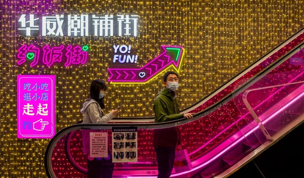 <p>Inwoners in China kopen nu vaker producten uit eigen land dan westerse producten.</p>  (beeld afp / Nicolas Asfouri)