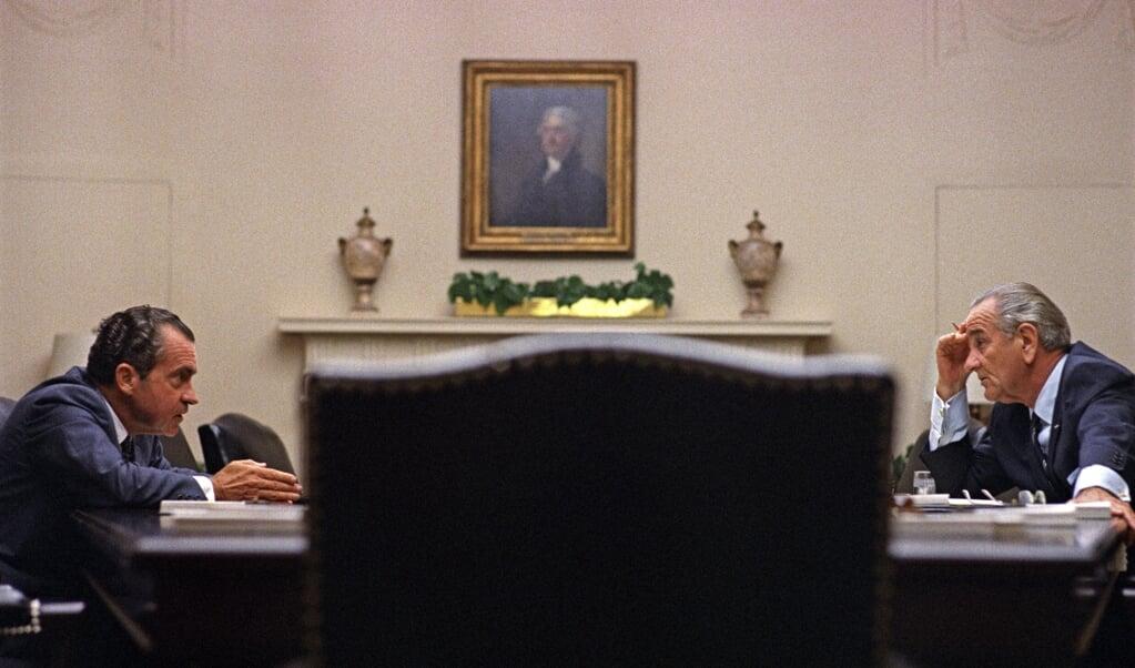 <p>President Johnson (r) ontvangt de Republikeinse presidentskandidaat Nixon, 26 juli 1968</p>  (beeld Lyndon Baines Johnson Library)