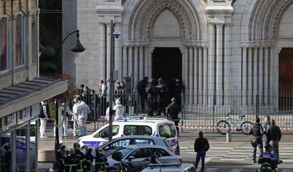 <p>'Alles doet een terroristische aanslag in de Basiliek vermoeden', tweette de burgemeester van Nice, Christian Estrosi, die ter plaatse is.</p>  (beeld afp / Valery Hache)