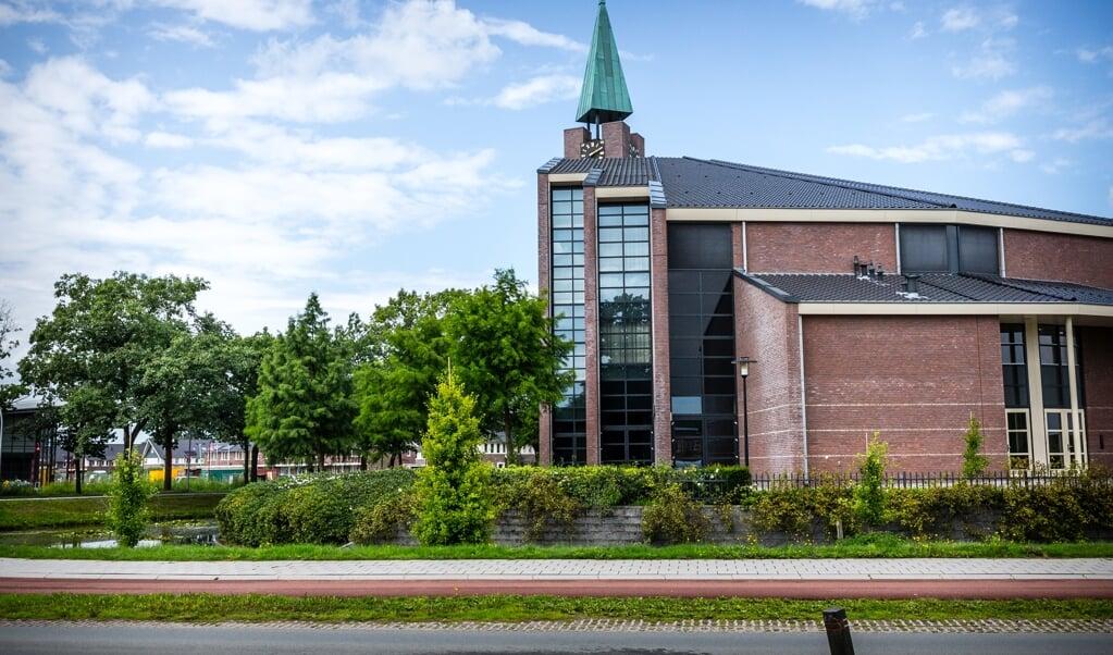 """<p pstyle=""""G_foto_bijschrift1-3"""">De Hoeksteen van de Gereformeerde Gemeente in Nederland in Barneveld. In de kerk met zo&#39;n 3000 zitplaatsen, werden zondag 500 bezoekers toegelaten.&nbsp;</p>  (beeld anp / Rob Engelaar)"""