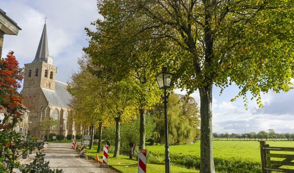 <p>Er staat een relatief grote kerk in 'het kleinste dorp van Nederland'.</p>  (beeld Margot Berends)