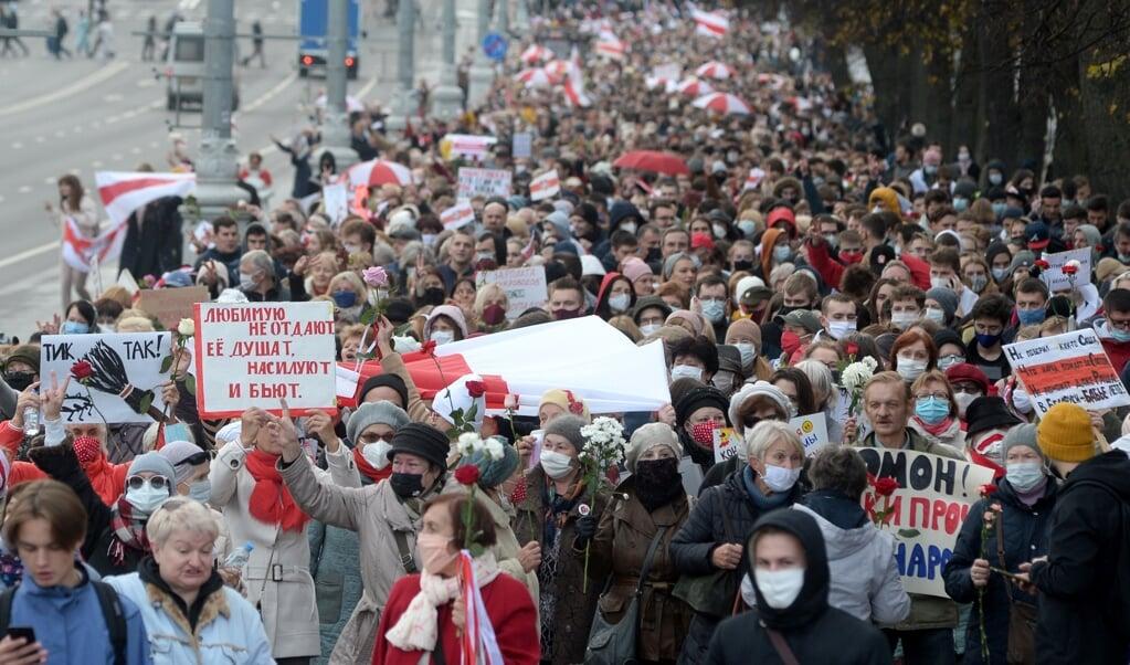 <p>Studenten en gepensioneerden deden maandag mee aan de stakingsmars in Minsk tegen president Loekasjenko</p>  (beeld epa)