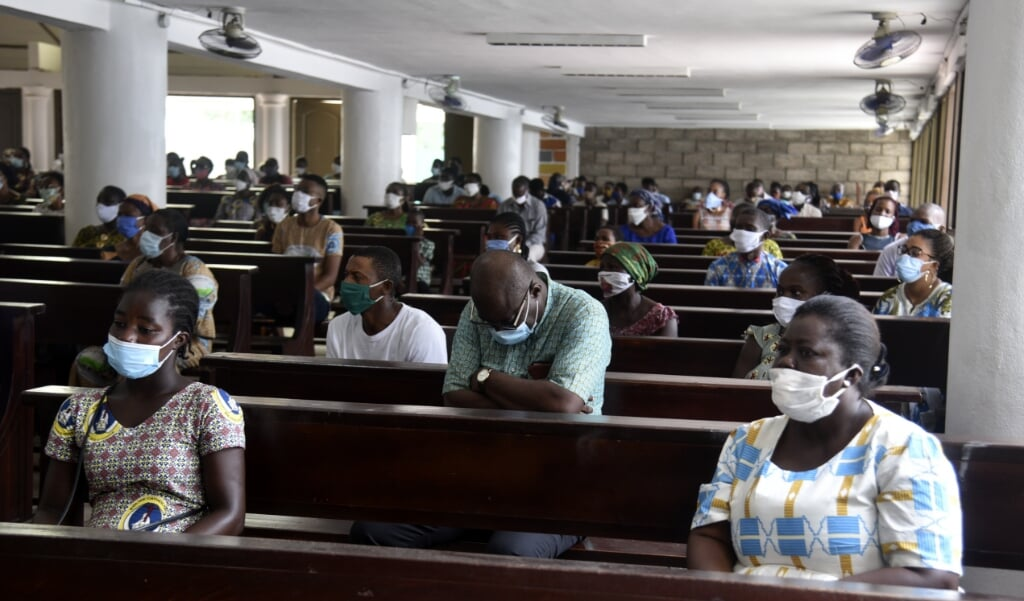 <p>Katholieke gelovigen in Abidjan, de hoofdstad van het Afrikaanse Ivoorkust.</p>  (beeld Sia Kambou / afp)
