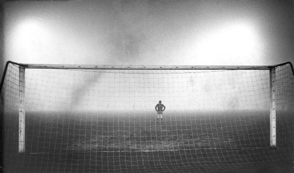 <p>Keeper Tommy Lawrence (1940-2008) in het Olympisch Stadion op 7 december 1966 tijdens de Europacupwedstrijd Ajax-Liverpool in Amsterdam.</p>  (beeld anp)