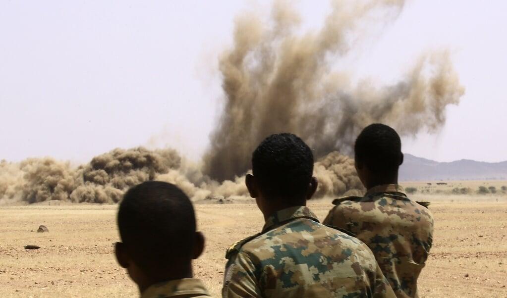 <p>Militairen vernietigen 300.000 ongeregistreerde wapens die zijn ingeleverd gedurende een ontwapeningscampagne. </p>  (beeld afp / Ashraf Shazly)