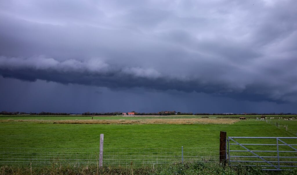 <p>Een shelfcloud, ook wel 'plankwolk', bij het Zeeuwse Meliskerke. De wolkenkraag komt voor bij zware onweersbuien. </p>  (beeld hollandse hoogte / venema media)