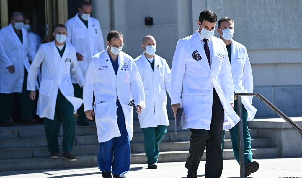 <p>De medische staf van Donald Trump, vlak voordat dat de artsen zaterdagmiddag een update over diens gezondheid gaven.</p>  (beeld Brendan Smialowski / afp)