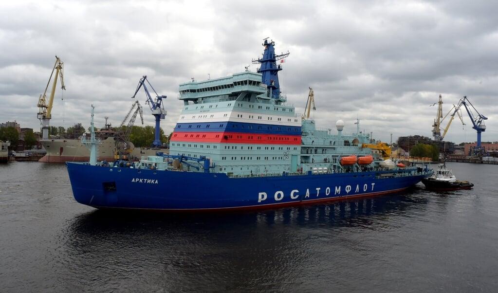 <p>De Russische nucleaire ijsbreker Arktika bij vertrek op zijn eerste reis richting de Noordpool.</p>  (beeld AFP/Olga Maltseva)