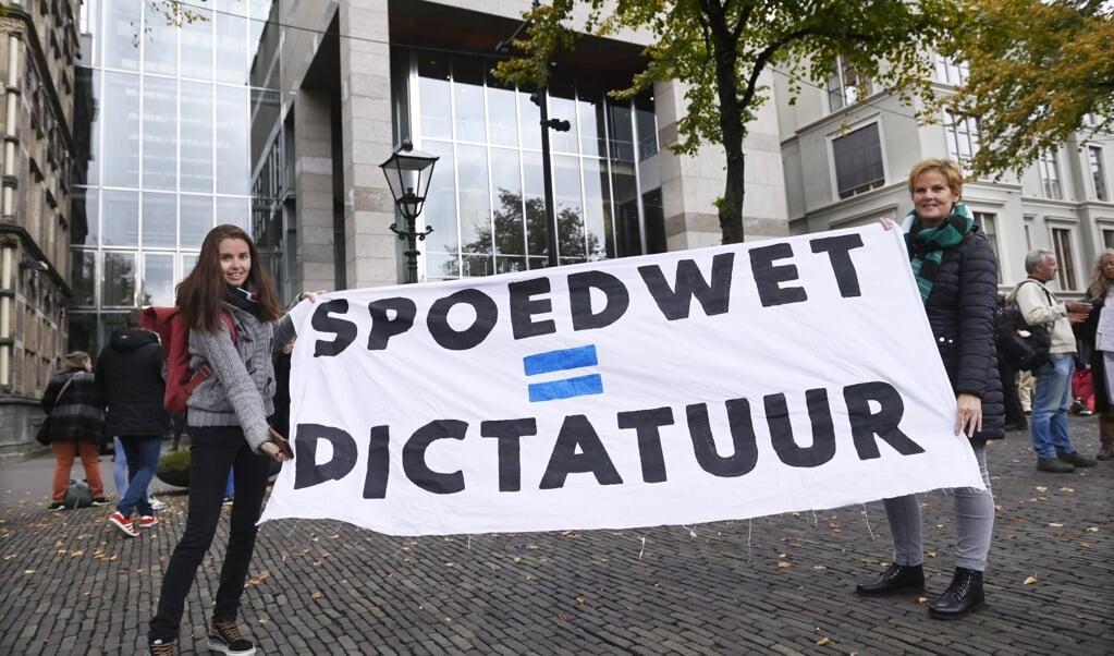 <p>Protest op het Plein in Den Haag tijdens een debat in de Tweede Kamer over maatregelen ter bestrijding van de coronapandemie.</p>  (beeld anp / Peter Hilz)