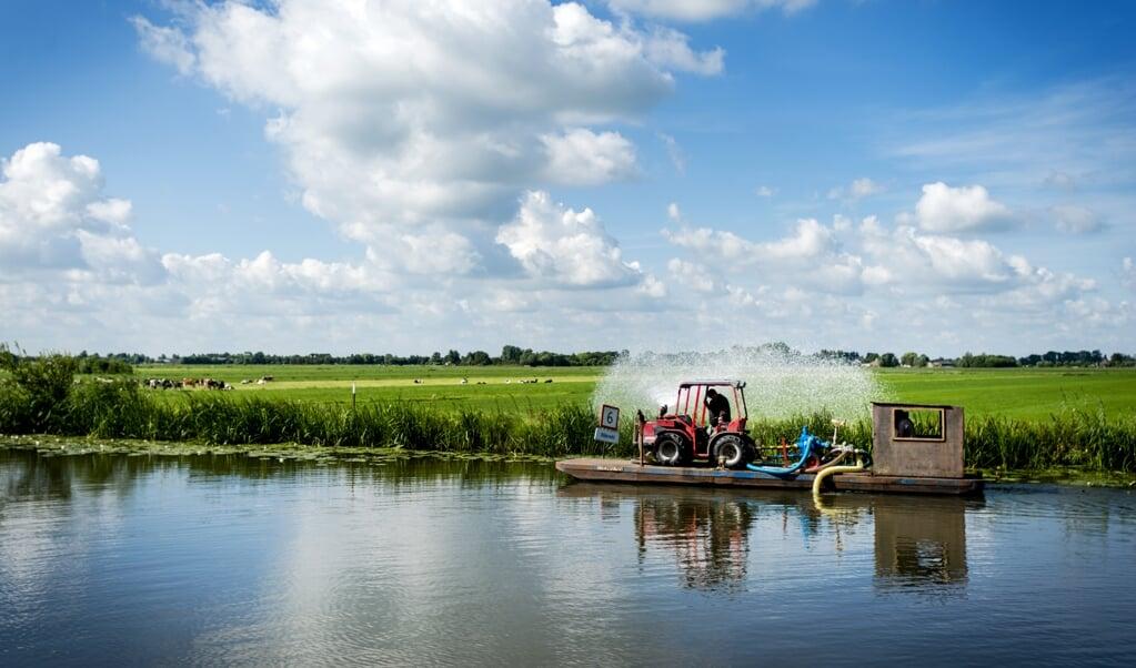 <p>Het veenweidelandschap bij Wilnis. 'Om een echte reductie van de bodemdaling te realiseren zal het veel natter moeten worden.'</p>  (beeld anp / Robin van Lonkhuijsen)