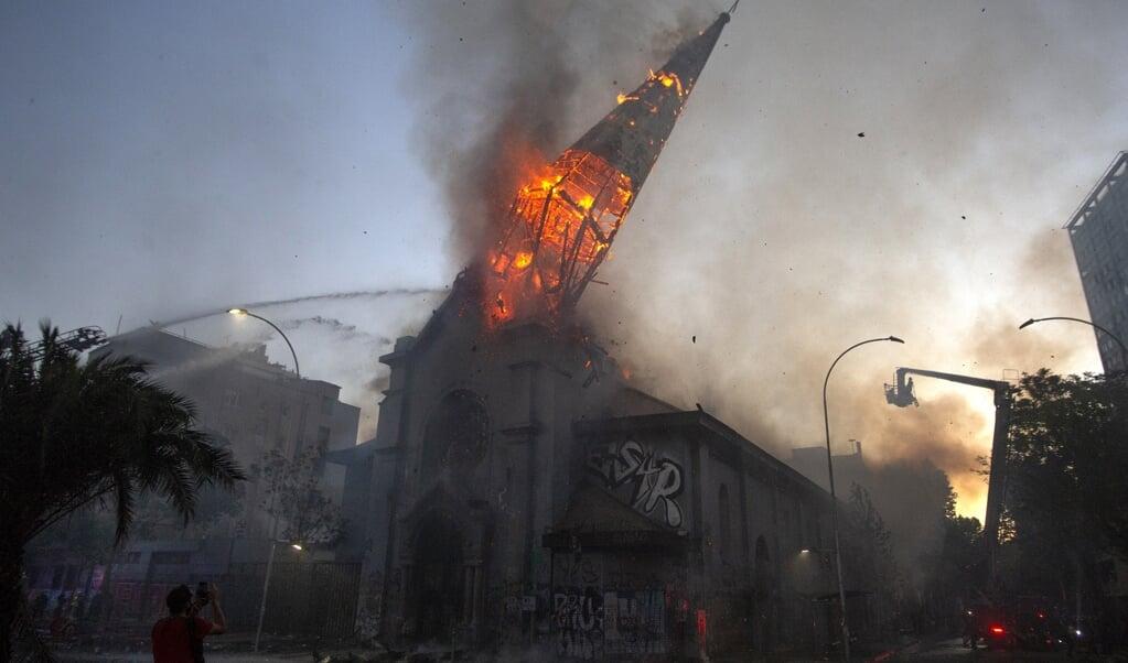 Het beeld van de brandende kerktoren die instortte, ging de wereld over.  (beeld afp / Claudio Reyes)