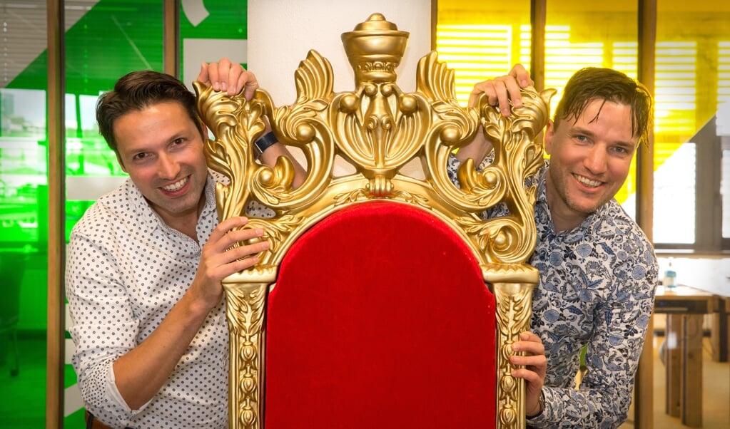 <p>Matthijs (l.) en Thomas van den Ende hebben een troon in hun softwarebedrijf gezet. 'Het moet hier gezellig en leuk zijn.'</p>  (beeld Hans-Lukas Zuurman)