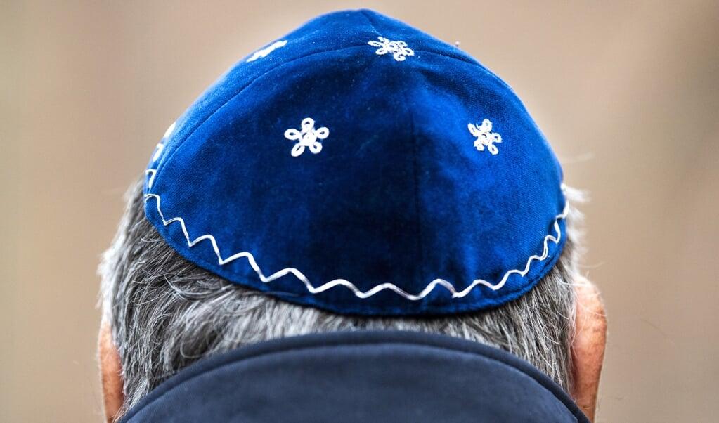 <p>Een man draagt een keppeltje tijdens de onthulling op de Jonas Daniel Meijerplaats van een herdenkingsmonument voor de ongeveer 1500 Arnhemse Joden die de Tweede Wereldoorlog niet hebben overleefd.</p>  (beeld anp / Piroschka van de Wouw)