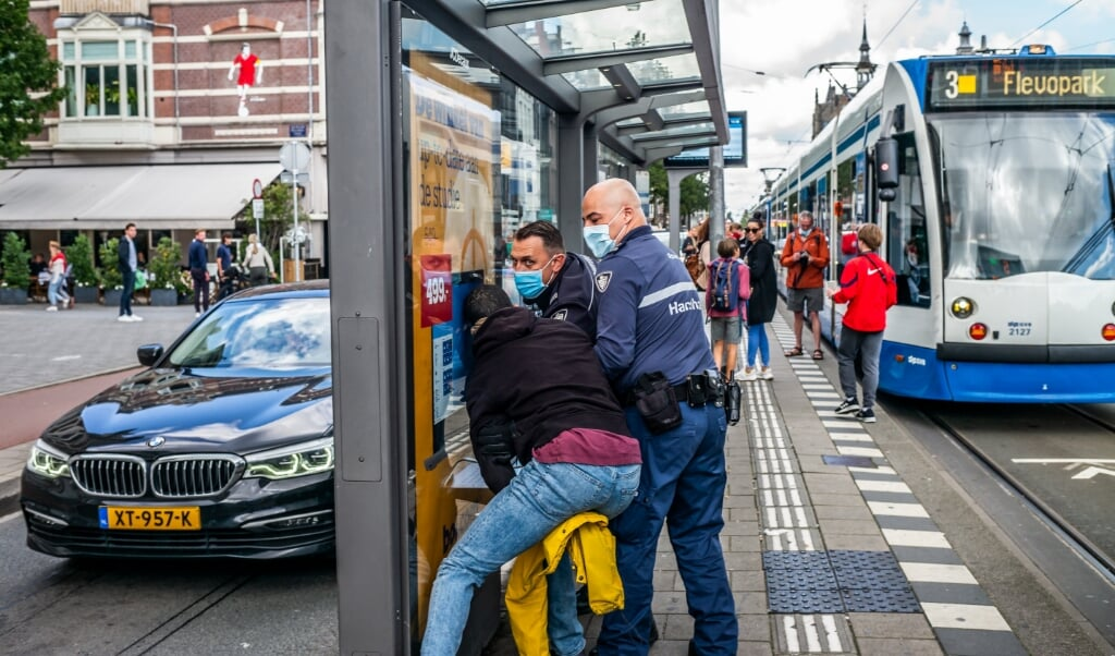 <p>Handhavers in actie in Amsterdam. &#39;Als jongeren minder perspectief zien, kan het zijn dat ze zeggen: &ldquo;Ik heb schijt aan corona&rdquo;.&#39;</p>  (beeld Joris van Gennip)
